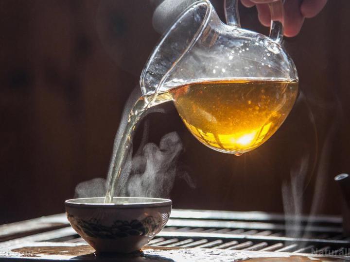 Tại sao uống trà nóng lại giúp giải nhiệt?