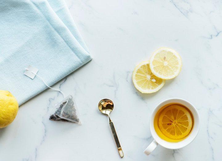 Tại sao chanh lại làm nhạt màu nước trà?